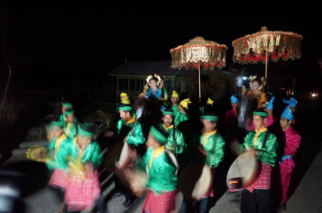 Begitu sampai, kami langsung disambut dengan tari - tarian khas Mandar.