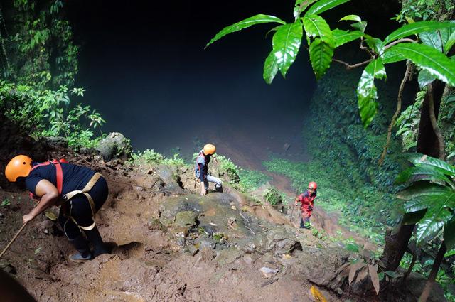 Dari area hutan purba yang ada di Goa Jomblang Cave, kami turun sedikit menuju lorong besar ini.