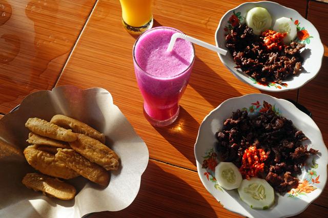 Ngabisin makanan khas setempat yang bernama Rarit! Makan deh sepuasnya, rarit ini beneran bikin nagih :9