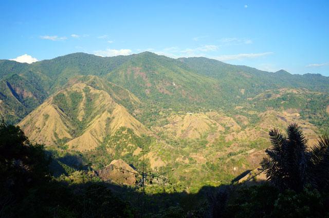 Sebaiknya melewati jalur menuju Tana Toraja di siang hari menjelang sore. Karena pemandangan sepanjang perjalanan menuju Tana Toraja begitu ciamik! :)