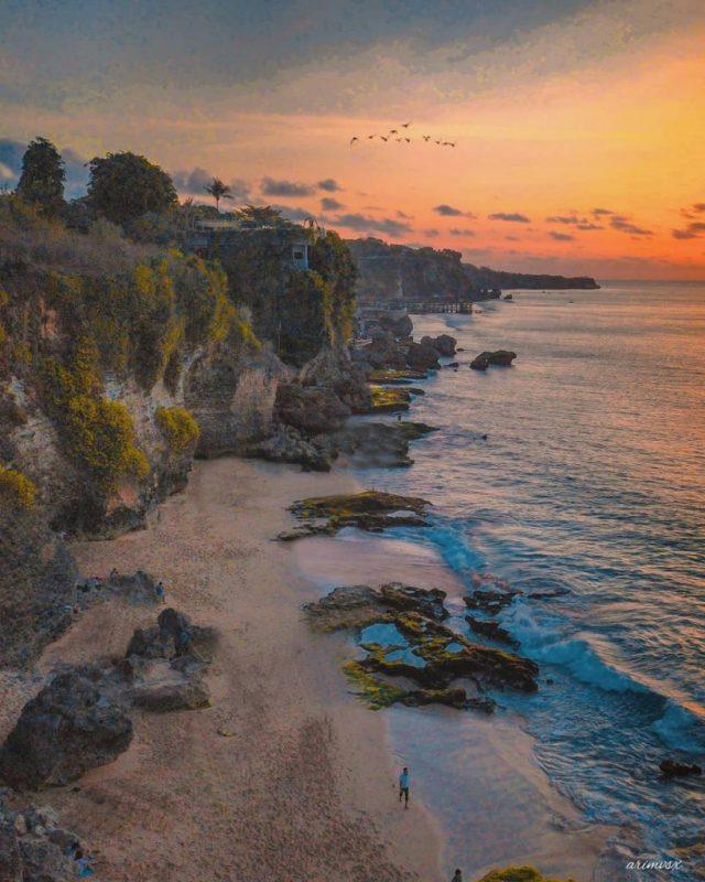 Pantai Tegalwangi ini adalah pantai tersembunyi di Bali yang populer untuk menikmati pemandangan sunset di Bali