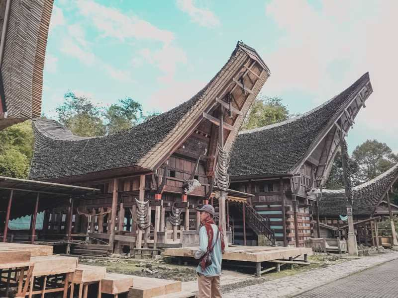 The area consisting of eight main tongkonan, complete with rice barns in front of each tongkonan, is indeed one of the best tourist destinations in Tana Toraja! via @ozaverdiansyah45