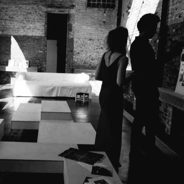 Photo d'une pièce en noir et blanc avec de la décoration artistique