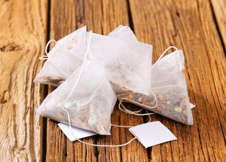 Uporabljene čajne vrečke lahko koristite v kozmetične namene, nepogrešljive so tudi v gospodinjstvu in na splošno v vsakem domu. Spoznajte njihovo moč in jih koristno uporabite.