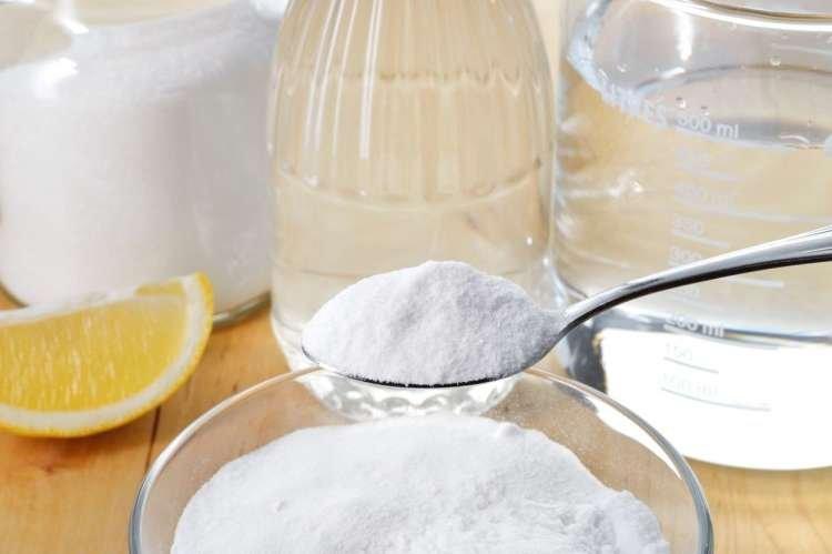 Kadar so madeži trdovratnejši, si lahko pomagate s posebno pasto, ki jo pripravite iz žlice sode bikarbone in polovice žlice vodikovega peroksida. Po potrebi dodate malce mlačne vode. Pasto nanesite na madeže in pustite delovati pol ure.