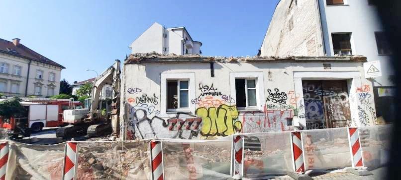 S Trubarjeve ulice v Ljubljani so pred dnevi odpeljali še zadnje opeke, ki so tam ostale po rušenju hiše, ki je na vogalu te ulice kraljevala več kot sto let. Morali so jo odstraniti, saj je gradbena inšpektorica ugotovila, da so se v stavbi pojavile večje razpoke in horizontalni premiki sten ter da je vezivo med opekami in kamni preperelo, zato je stavba postala nevarna, sanacija pa ni ekonomsko upravičena.