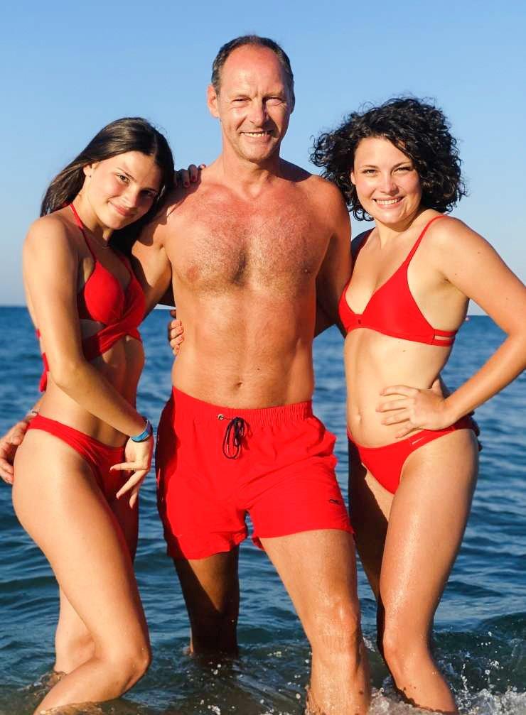 Jože Potrebuješ si je s svojimi dekleti privoščil še zadnji oddih na morju. Oboževalcem skupine Čuki pa je poslal pozdrav v kopalkah, na fotografiji pa seveda največ pozornosti pritegnejo njegova dekleta - soproga Andreja ter hčerki Petra in Eva.