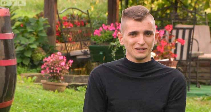 Saj se še spomnite Josipa Tratnjaka iz 12. sezone hrvaškega šova Ljubezen na vasi? 22-letnik ni imel sreče ne pred kamero, ne kasneje, ko so žarometi ugasnili.Dekle, ki jo je nameraval zaprositi za roko, ga je namreč prevaralo in ga o slednjem celo obvestilo s poslano fotografijo.
