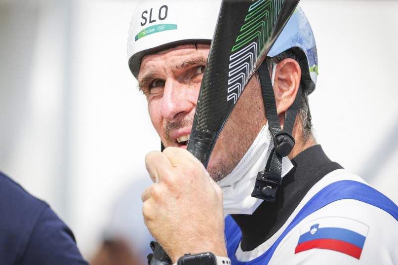 Peter Kauzer - slovenski kajakaš, je progo v Pauju prevozil brez napake in jo končal v času 95,63 sekunde. Za 55 stotink ga je nato v drugi polovici nastopajočih ugnal le Čeh Vito Prindiš, ki je dobil že tekmo prejšnji teden v španskem Seu d'Urgellu.