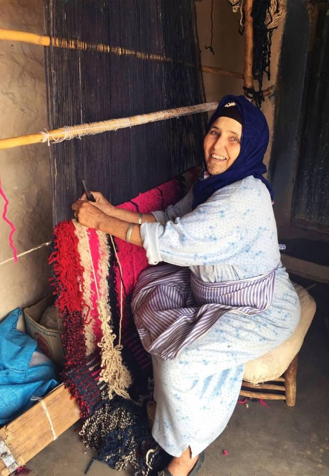 Mustafa Hanseli, concepteur en chef de Jan Kath, a dirigé le groupe dans sa maison familiale, où sa mère, douce âme de la tribu berbère, a travaillé avec bonheur à tisser un tapis pour sa collection personnelle.
