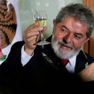 Crueldade: com o dinheiro que Lula desviou, daria para comprar todas as vacinas aplicadas no mundo até hoje, ou vacinar a população brasileira 10 vezes