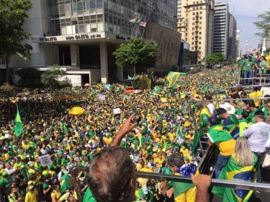 VÍDEO: Bolsonaro sobrevoa Avenida Paulista e apoiadores gritam 'mito'