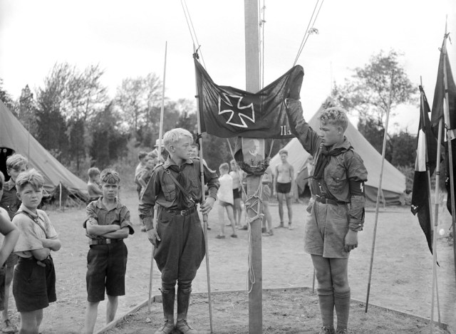 New Jersey. Amerykańska młodzież wznosi na maszt flagę Bundeswehry.