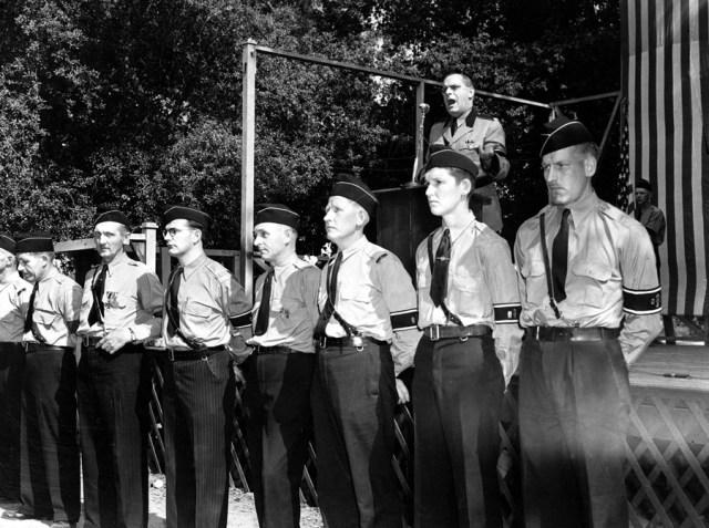 30. kwietnia 1939, Hindenberg Park w La Crescenta nieopodal Los Angeles. Członkowie niemiecko-amerykańskiego Bundu tworzą straż honorową przed mównicą przemawia Fritz Kuhn.