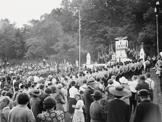 Rok 1938. Amerykanie chętnie uczestniczą w obchodach amerykańskiego Bundu.