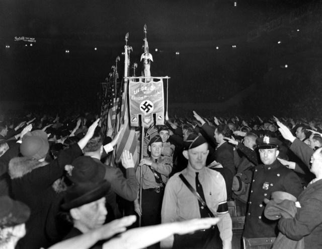 20 lutego 1939, Nowy Jork. Amerykanie odpowiadają pozdrowieniem na widok amerykańskich nazistów niosących flagi USA i sztandar ze swastyką.