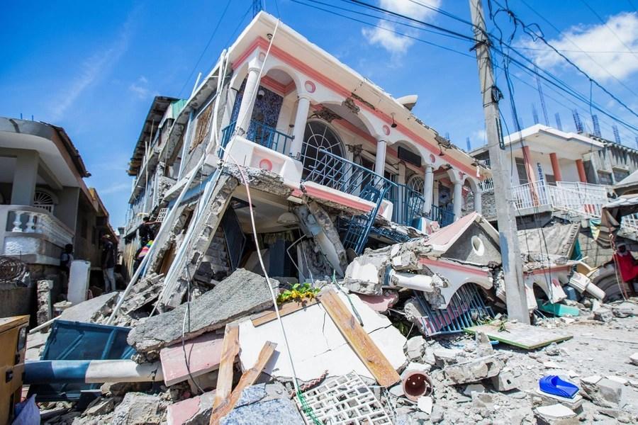 Le case gravemente danneggiate stanno in mezzo alle macerie.
