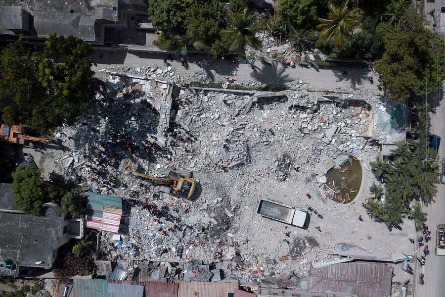 Una veduta aerea di attrezzature pesanti che sgombrano le macerie da un hotel distrutto