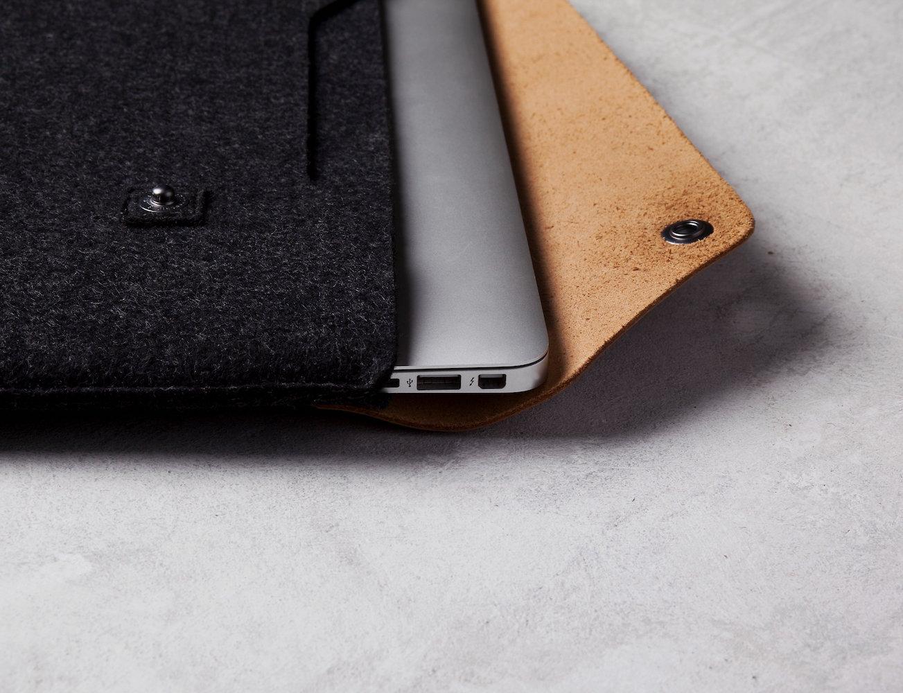 13%22 Macbook Air & Pro Retina Sleeve by Mujjo 02