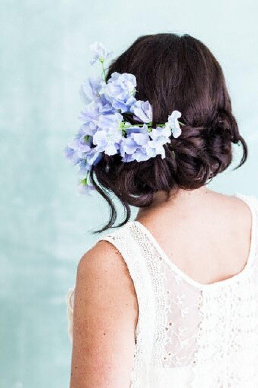 Bruidskapsel opgestoken met lila bloemen