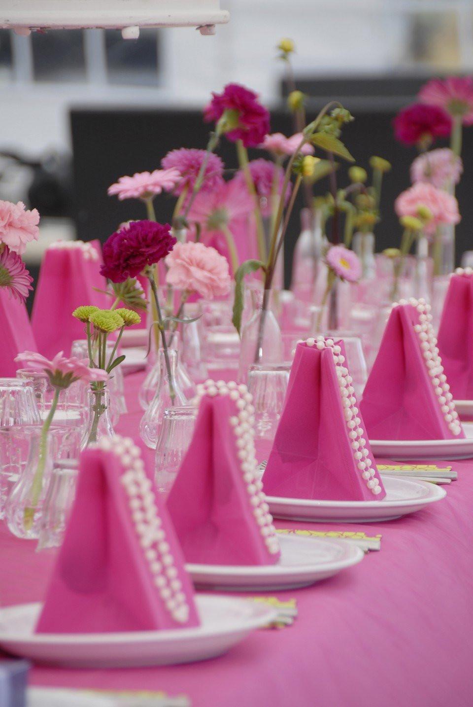 Hippe fel roze tafeldecoratie  ThePerfectWeddingnl