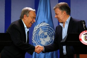 Colombia's President Juan Manuel Santos and UN Secretary General Antonio Guterres shake hands during a joint news conference in Bogota, Colombia September 13, 2017. Credit: Reuters/Jaime Saldarriaga