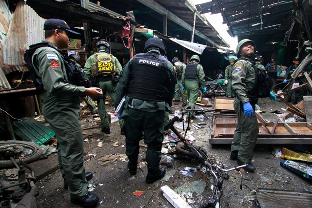 Military personnel and police officers inspect the site of a bomb attack at a market in the southern province of Yala, Thailand, January 22, 2018. Credit: Reuters/Surapan Boonthanom