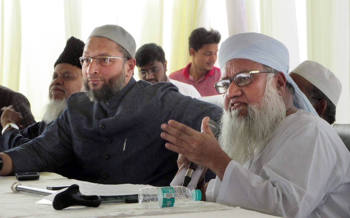 All India Muslim Personal Law Board spokesman Maulana Khalil-ur-Rehman Sajjad Nomani along with AIMIM president Asaduddin Owaisi addresses a press conference on 'triple talaq' in Hyderabad on Thursday. Credit: PTI