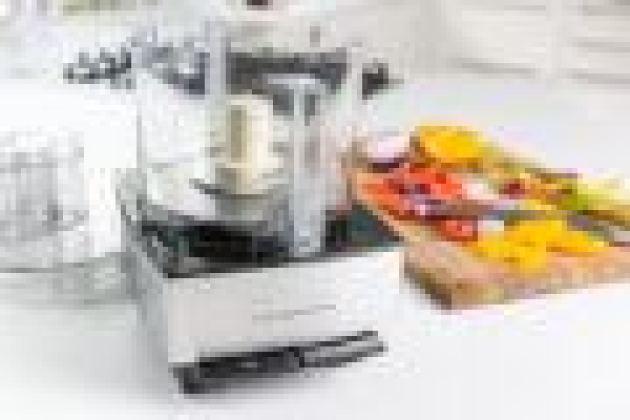 Наш выбор - лучший кухонный комбайн - кухонный комбайн Cuisinart Custom 14 на белой кухонной стойке.