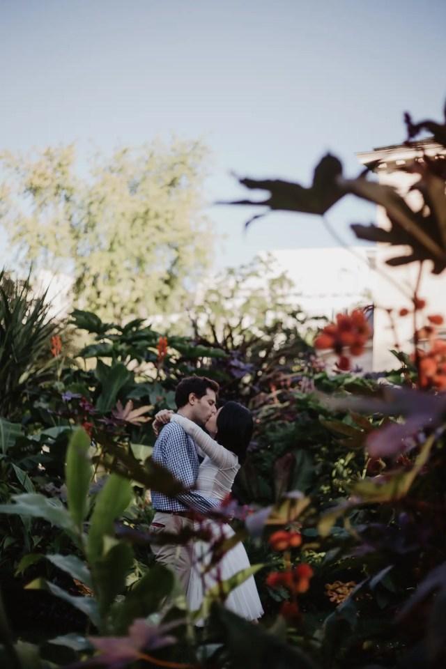 Engagement photograhy in Paris - Kiss in Jardin des plantes