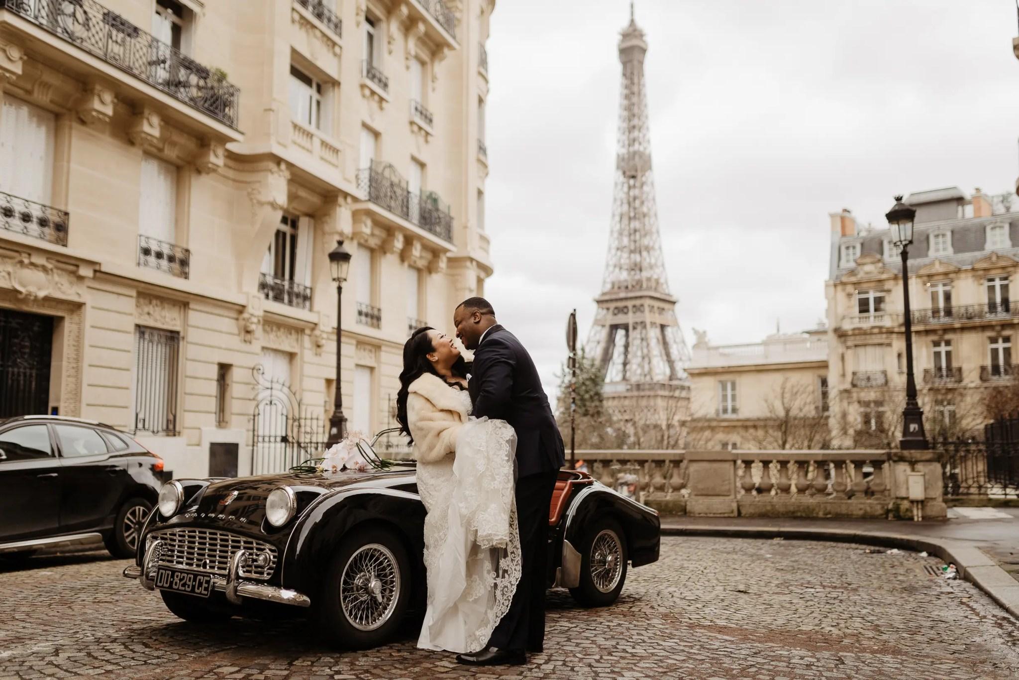paris wedding photographeer eiffeel tower street vintage car