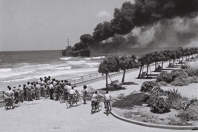 22 de junio 1948, el barco Altalena quemaduras después de ser bombardeado cerca de Tel Aviv.  (Foto: Oficina de Prensa del Gobierno de Israel)