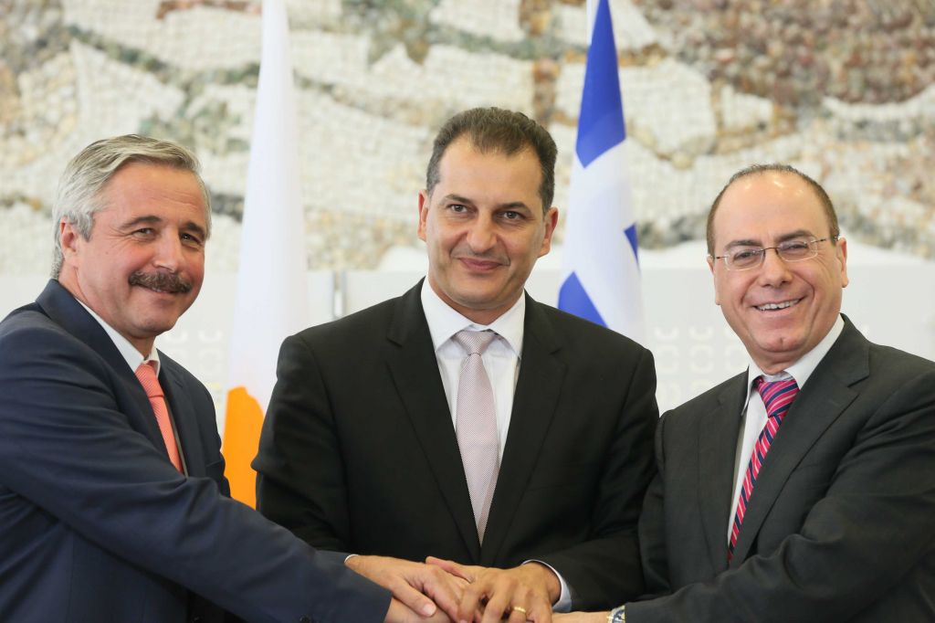 Energy and Water Resources Minister Silvan Shalom (r) with Greek representatives of the Ministry for the Environment, Energy and Climate Change, Minister George Lakkotrypis (c) and Deputy Minister Yiannis Maniatis(l) upon signing a tripartite energy memorandum of understanding on August 8, 2013.