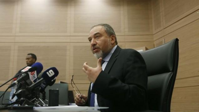 Le ministre des Affaires étrangères, Avigdor Liberman lors d'une conférence de presse à la Knesset, 10 juin 2013 (Crédit : Miriam Alster/Flash90)