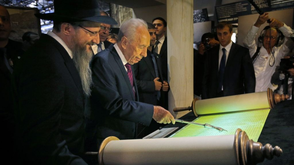 Chief Rabbi of Russia Berel Lazar and Israeli President Shimon Peres read from a Torah scroll at an opening ceremony of Russia's Jewish Museum in Moscow, Thursday, Nov. 8, 2012.  (photo credit: AP Photo/Alexander Zemlianichenko)