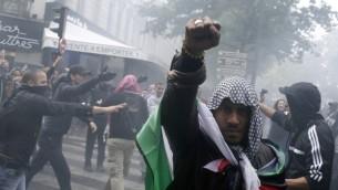 Un manifestant français proteste contre Israël le 13 juillet 2014 (Crédit : AFP)