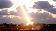 Le Dôme de fer en action à Ashdod pendant l'opération Bordure protectrice (Crédit : Miriam Alster/Flash90)