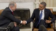 Poignée de main entre Barack Obama et Benjamin Netanyahu lors d'une rencontre à la Maison Blanche le 3 mars 2014 (Crédit : AFP/Saul Loeb)