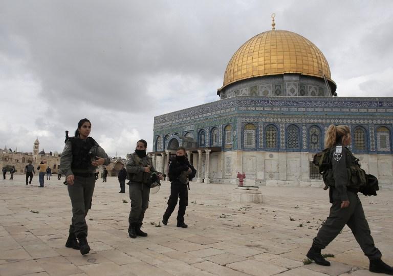 Des soldats israéliens sur le mont du Temple près de la mosquée Al-Aqsa (Crédit : AFP/AHMAD GHARABLI)