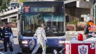 Le bus n°40 à Tel Aviv après l'attaque au couteau par un Palestinien de 23 ans (Crédit : AFP/Jack Guez)
