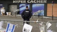 Un policier montant la garde le 21 janvier 2015 devant l'épicerie Hyper Casher où quatre Juifs ont trouvé la mort, le 9 janvier 2015