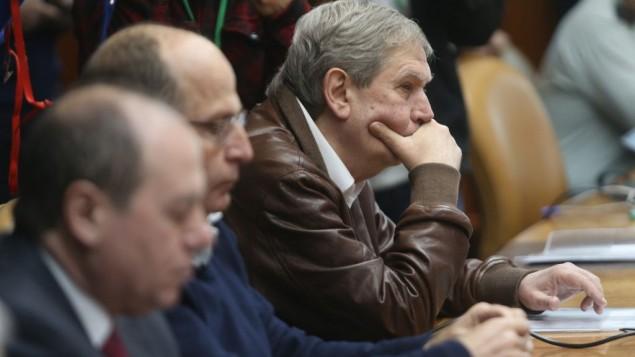 Le chef du Mossad, Tamir Pardo, le troisième en partant de la gauche, assistant à la réunion hebdomadaire du cabinet le 22 février 2015 (Crédit : Alex Kolomoisky, Pool)