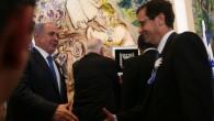 Le Premier ministre Benjamin Netanyahu serre la main du leader de l'opposition, Isaac Herzog, au cours de la séance d'ouverture de la Knesset, le 31 mars  2015.  (Crédit photo: Nati Shohat / Flash90)