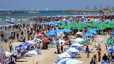 Photo d'une plage de Tel Aviv lors d'une journée ensoleillée (Crédit : Nicky Kelvin / Flash90)
