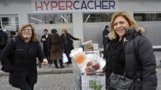 Des clients devant le magasin Hyper Cacher où quatre personnes ont été assassinées en janvier. Le magasin a rouvert le 15 mars 2015. (Crédit photo: Serge Attal / Flash90 / JTA)