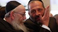 Le dirigeant du parti Shas, Aryeh Deri (à droite),  en conversation avec celui du parti Yahadout HaTorah, Yaakov Litzman, lors de la session d'ouverture du parlement israélien, le 31 mars 2015. (Crédit photo: Nati Shohat / Flash90)