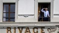 Le Secrétaire d'Etat américain John Kerry regarde par la fenêtre de sa chambre, à l'hôtel Beau-Rivage, lors d'une pause durant les négociations, à Lausanne, le 1er avril 2015. (Photo: AFP / Fabrice Coffrini)