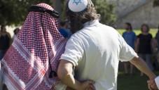 Haj Ibrahim Ahmad Abu el-Hawa, un chef de clan arabe résidant dans la région de Jérusalem  avec un homme juif  devant les murs de la vieille ville de Jérusalem, lors d'un événement appelé The Big Hug, le 24 juin  2013. Photo par Sarah Schuman / FLASH90