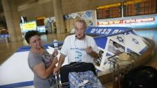 David et sa femme arrivent à l'aéroport Ben Gourion de l'Ukraine le 1er juillet  2015. Photo pixelisée pour des raisons de sécurité.  (Crédit : Baz Ratner)