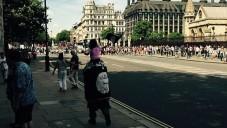 Un homme non identifié est repéré par des touristes en train de marcher à Londres enveloppé dans un drapeau de l'Etat islamique, portant un enfant agitant aussi le drapeau, Juillet 2015 (Photo: Twitter)